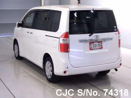 Toyota Noah White Automatic 2009